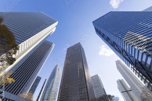 [東京都市風景]澄み切った青空 新宿高層ビル群を見上げる [超広角撮影] - 74836089