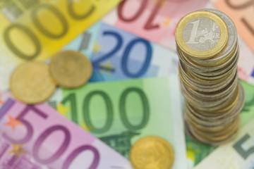 Münzturm auf Euro Geldscheine