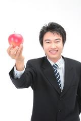 사과를 들고 있는 아시안 비즈니스맨