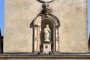 Clocher d'église avec statue