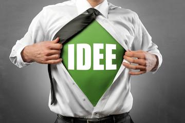 Mann öffnet Hemd / Idee