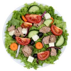Salat mit Thunfisch, Tomaten und Oliven auf Teller von oben