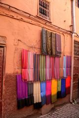étalage de tissus marocains