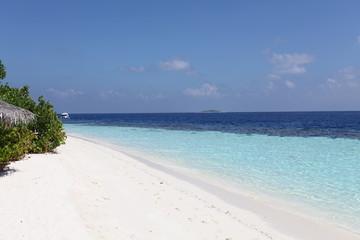 Malediven Weißer Sandstrand und türkisfarbenes Meer