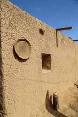 maison typique en terre extérieur 1