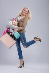 Fröhliche Frau mit Einkaufstüten