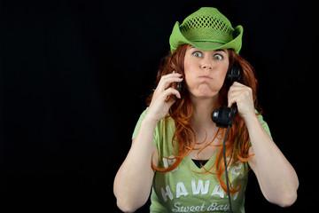 donna che fa smorfie con due telefoni