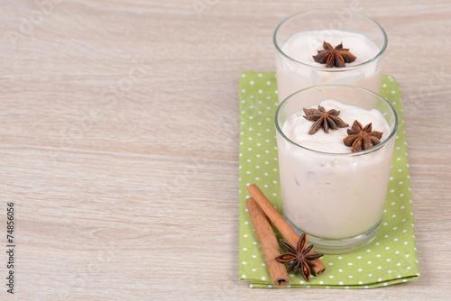 Joghurt mit Zimt und Anis - 74856056