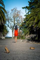 Mujer elegante caminando descalza