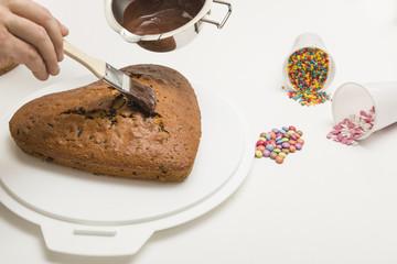 Lasieren - Kuchen in Herzform dekorieren mit Schokolade