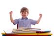 Schuljunge hebt beide Arme vor freude nach oben - isoliert