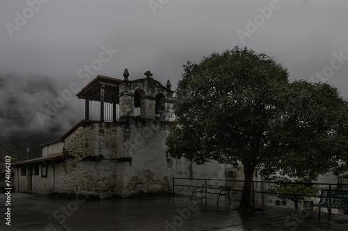 Iglesia bajo la lluvia