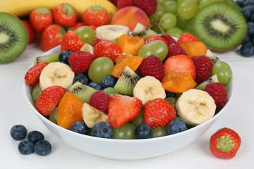Obstsalat mit Früchte in einer Schale mit Erdbeeren, Bananen, K