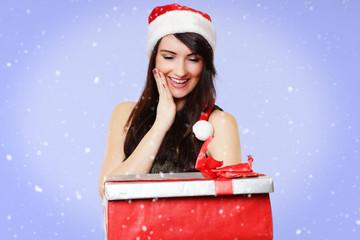 Frau freut sich über ihr Geschenk - Weihnachten