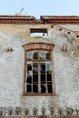 Kaputtes Fenster bei Ruine eines Hauses