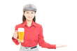 canvas print picture - ビールを運ぶ笑顔のウェイトレス