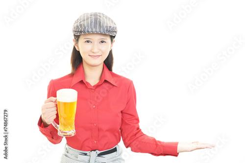 canvas print picture ビールを運ぶ笑顔のウェイトレス