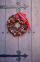 玄関に飾られたクリスマス用のリース