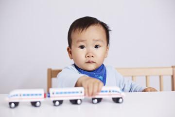 Kind spielt mit Eisenbahn-ICE