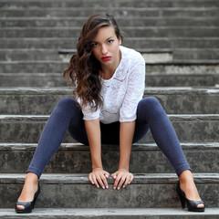Ritratto di ragazza in ambiente urbano