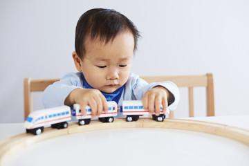 Kind spielt mit ICE-Eisenbahn 3