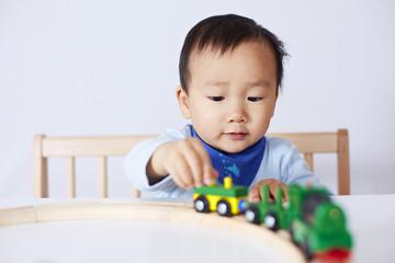 Kind spielt mit Modell-Eisenbahn