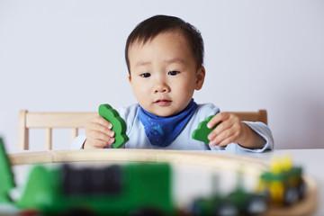 Kind spielt mit Modell-Eisenbahn 3