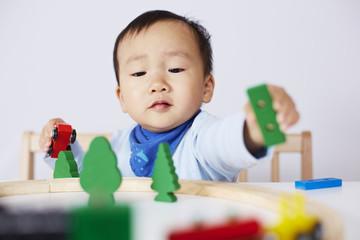 Kind spielt mit Modell-Eisenbahn 5