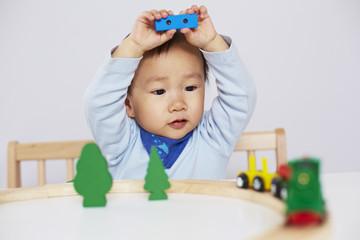 Kind spielt mit Modell-Eisenbahn 8