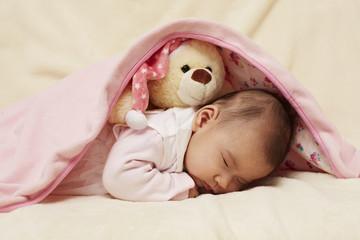 Baby und weiße Teddybär schlafen 2