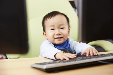 Kind sitzt am Computer 02