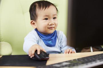 Kind sitzt am Computer 08