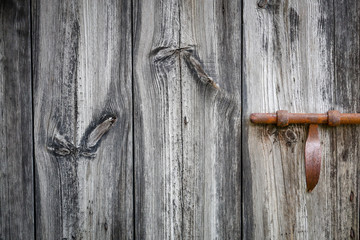 porte en bois serrure rouillée