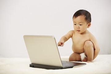 Kind sitzt vor dem Laptop 02