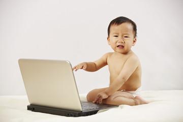 Kind sitzt vor dem Laptop 07