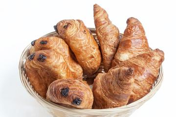 Croissants et pains au chocolat  dans une corbeille