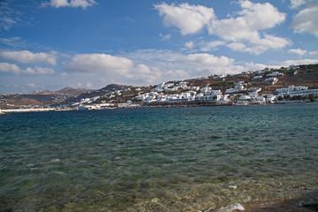 weiße Häuser am Meer
