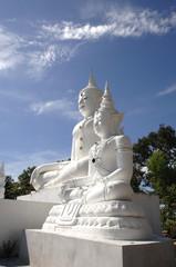 weisse buddhastatuen in Asien