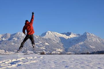 Freudensprung und Spass über Winter mit Schnee