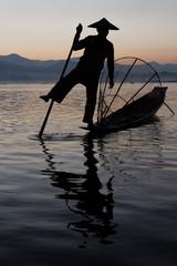 Silhouette de pêcheur du lac Inle au lever du soleil