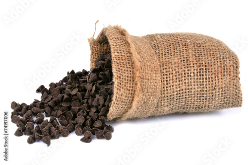 Papiers peints Confiserie Sac de pépites de chocolat renversé