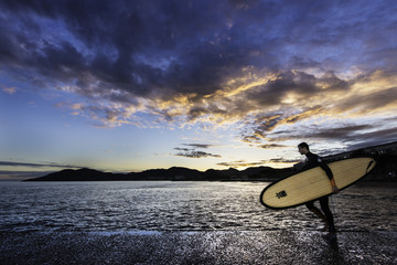 Surfer en pleine action