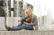 Junge Frau mit Smartphone, Strausberger Platz, Berlin