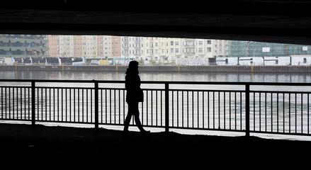 junge Frau läuft am Fluss, Silhouette, Einsamkeit,