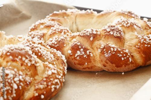 Leinwanddruck Bild Ostergebäck, Hefekranz mit Hagelzucker und bunten Zuckereiern
