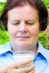 Seniorin trinkt