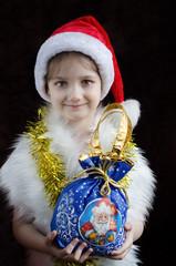 Маленькая девочка с Новогодним подарком