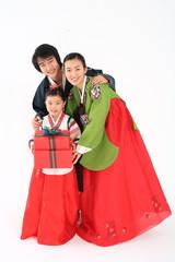 한복 입은 한국인 가족