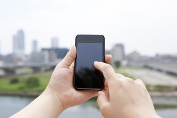 スマートフォンを使っている女性の手