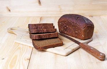 Sliced rye bread on cutting board